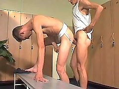 College gay boi digs twink in checkroom